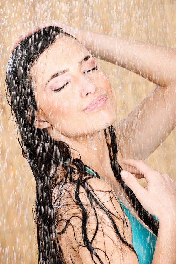 Femme ayant une douche photographie stock