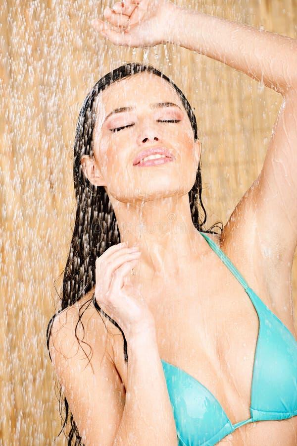 Femme ayant une douche photo libre de droits