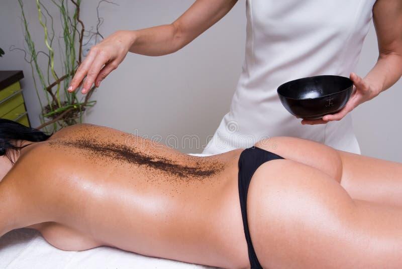 Femme ayant une session et un massage de détente images stock