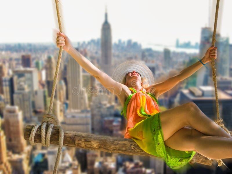 Femme balançant au-dessus de New York City image libre de droits