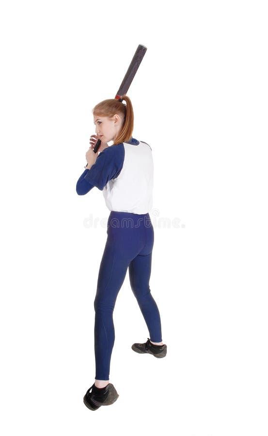 Femme balançant sa batte dans le base-ball image libre de droits