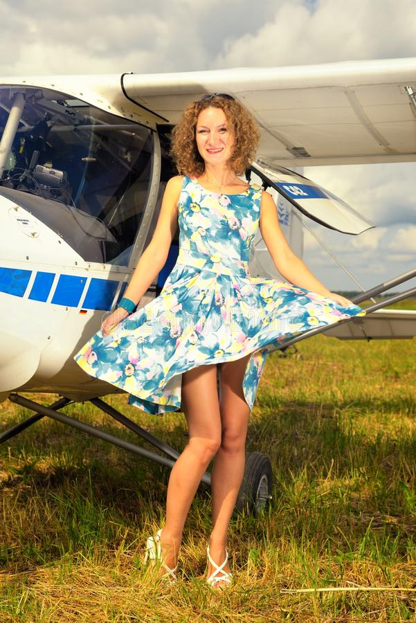 Download Femme Beautyful De Mode Dans L'avion Ultra-léger Voisin De Robe De Pin-up De Style Image stock - Image du moteur, rétro: 45356425