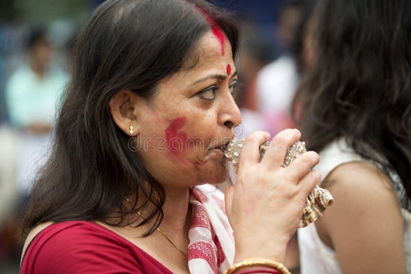 Femme bengali jouant le shankh photographie stock libre de droits