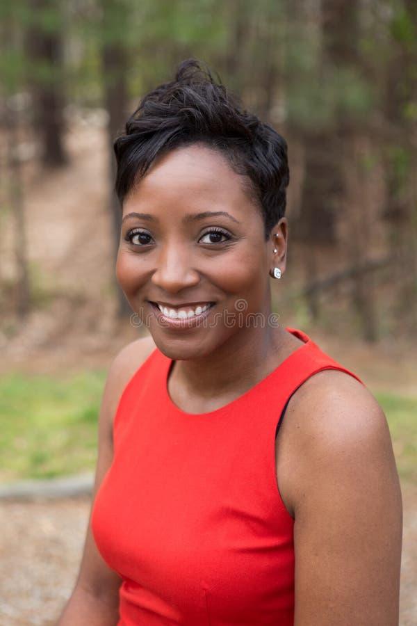 Femme bien habillée d'afro-américain photographie stock libre de droits