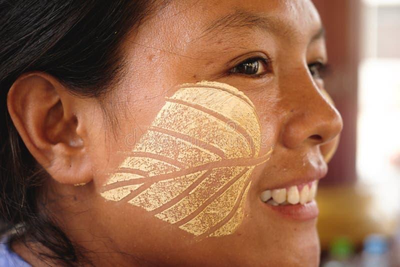Femme birmanne avec le maquillage traditionnel de thanaka photo libre de droits