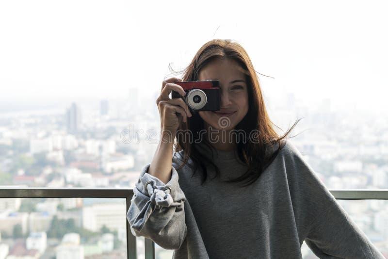 Femme blanche appréciant le week-end prenant une photo images libres de droits