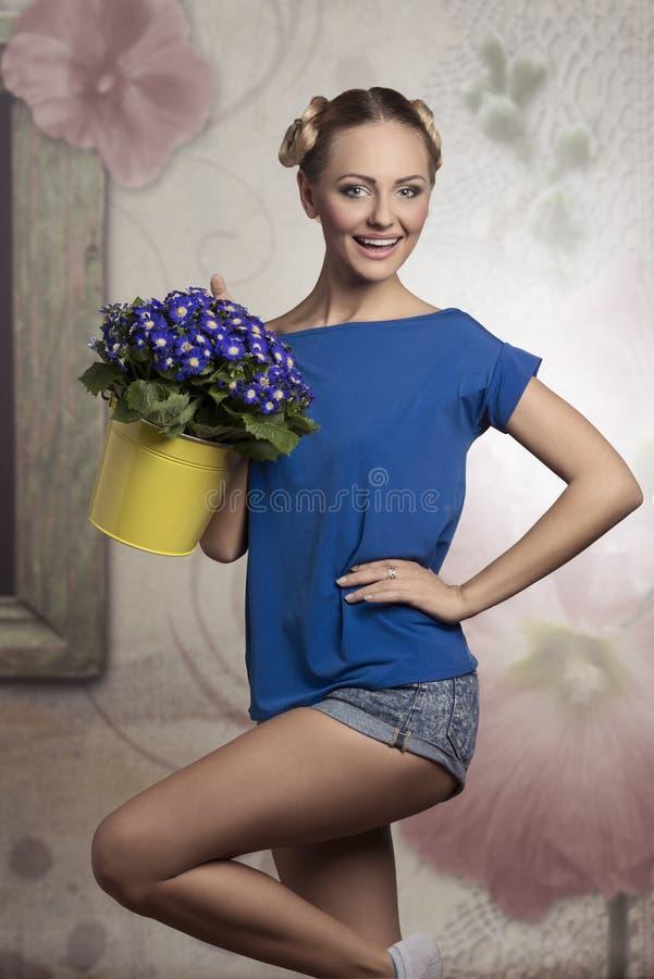 Femme blond avec des fleurs photos stock