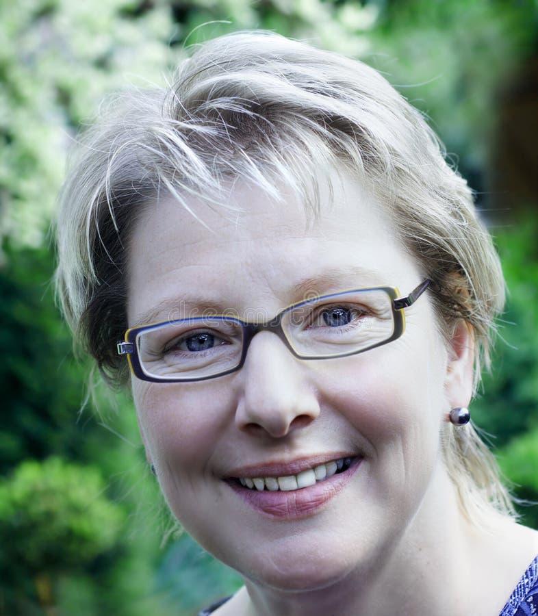 Femme blond avec l'eyegl de mode photos libres de droits