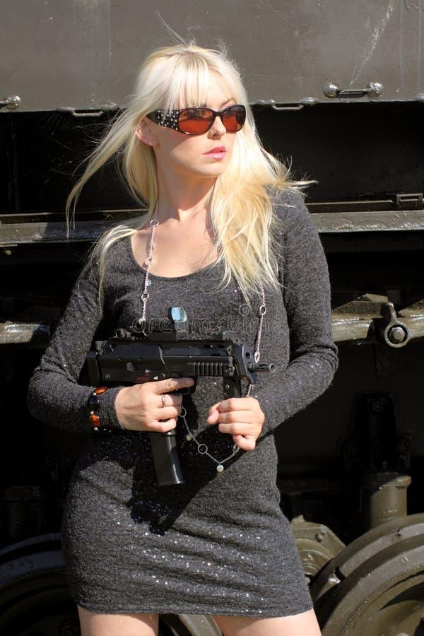 Femme blond avec le canon images stock