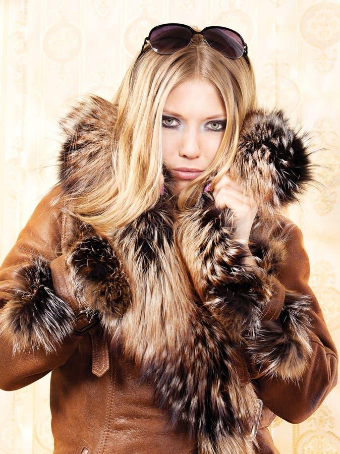 Femme blond avec le manteau de fourrure images libres de droits