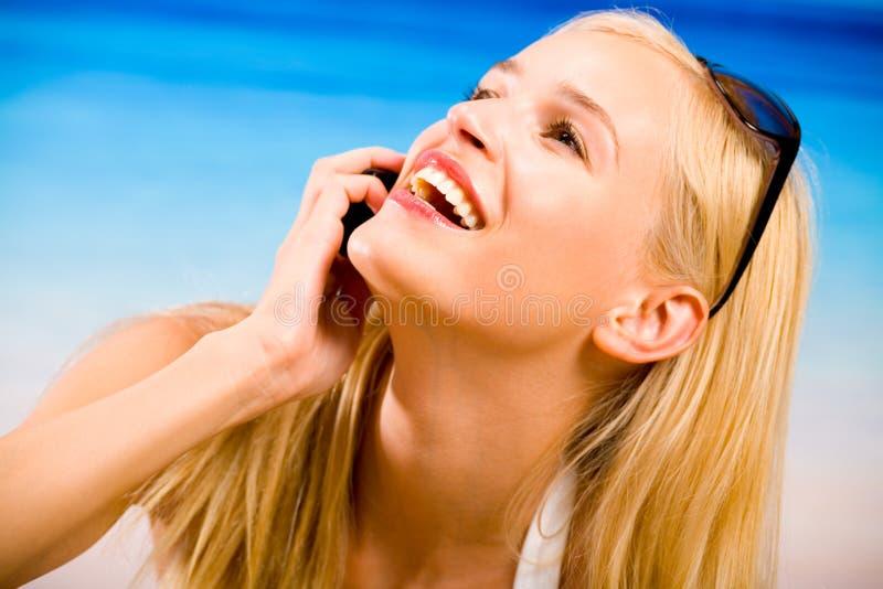 Femme blond avec le portable photo stock