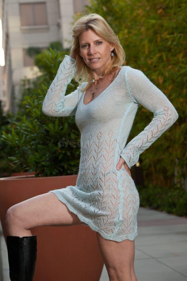 Femme Blond Caucasien D Années  40 Attrayantes Image stock