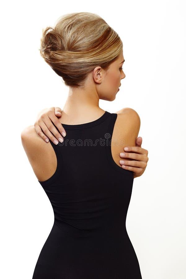 Femme blond dans la robe noire sexy photos stock