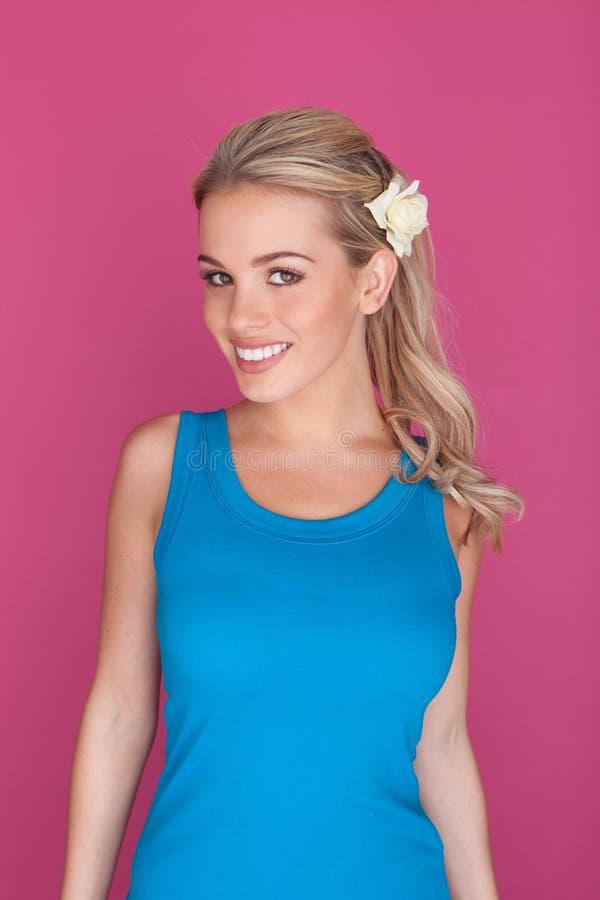 Femme blond de sourire avec la fleur dans le cheveu photos libres de droits