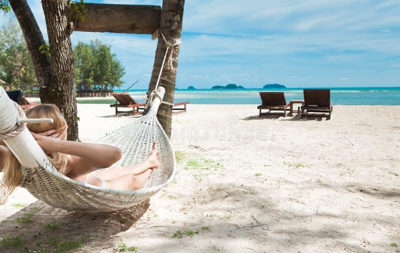 Femme blond en sommeil dans un hamac. image stock