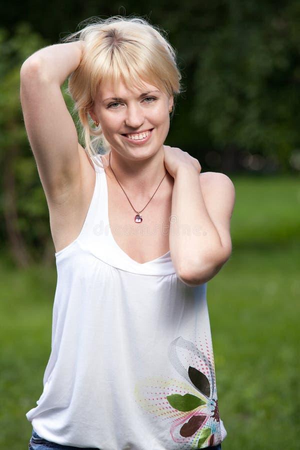 Femme blond gai de sourire de jeunes 20-29 au su photos stock