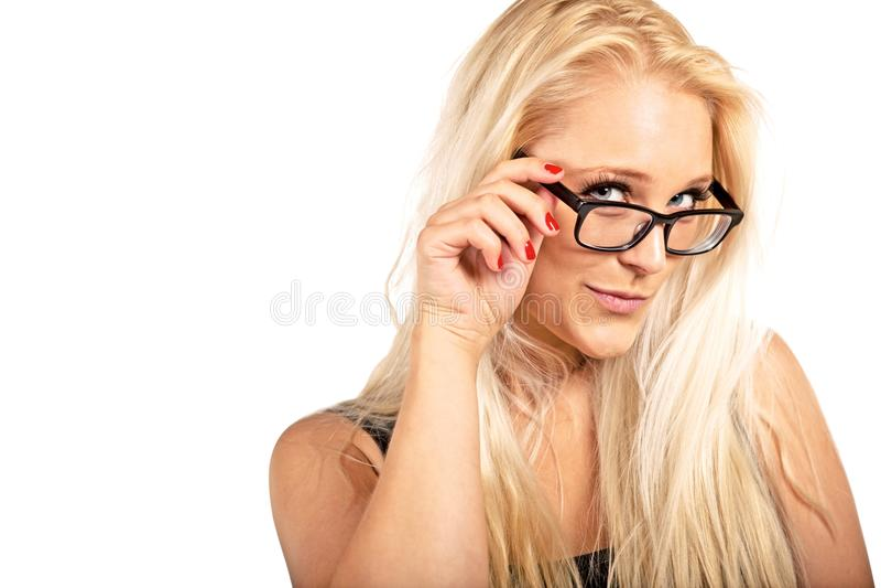 Femme blond réglant ses lunettes images stock
