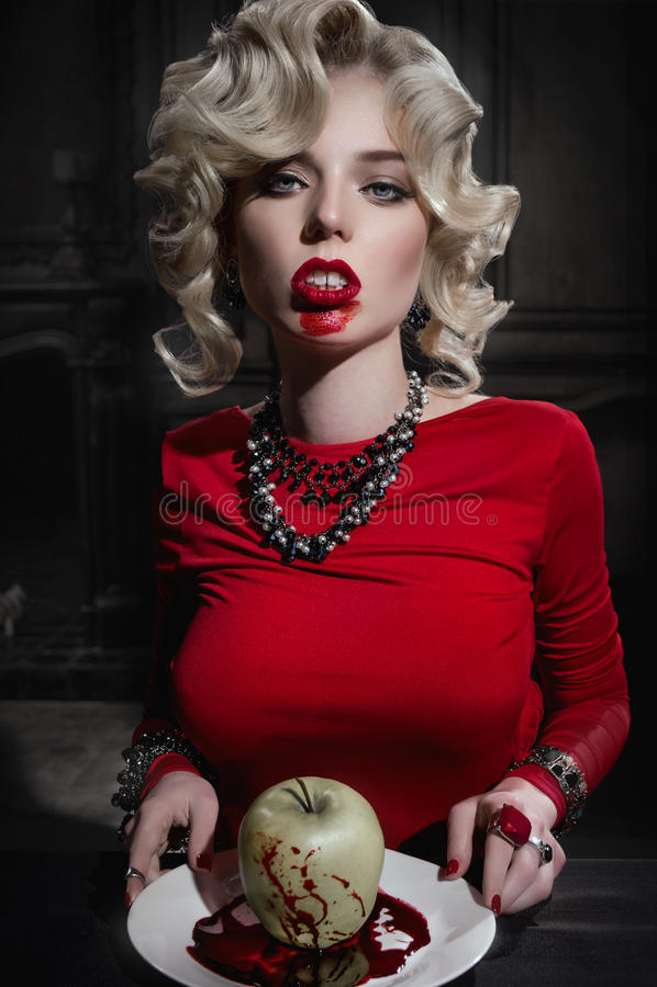 Femme blond sexy dans la robe rouge photographie stock