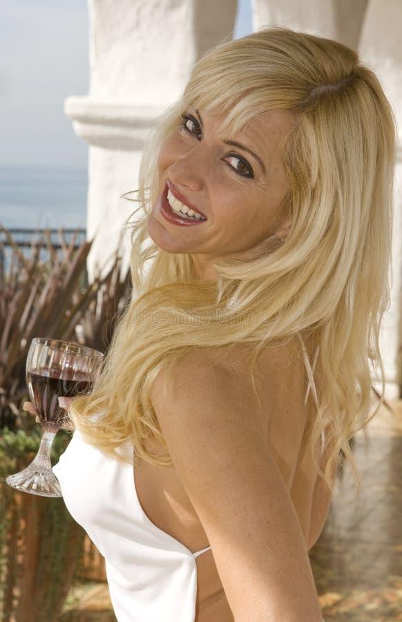 Femme blond souriant étroitement vers le haut image stock