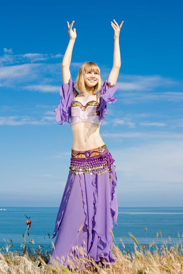 Femme blond sur le bord de la mer image libre de droits