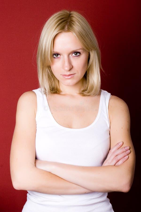 Femme blond sur le rouge photo stock