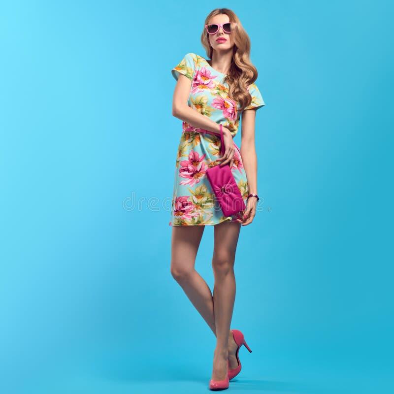 Femme blonde à la mode, équipement à la mode d'été image stock