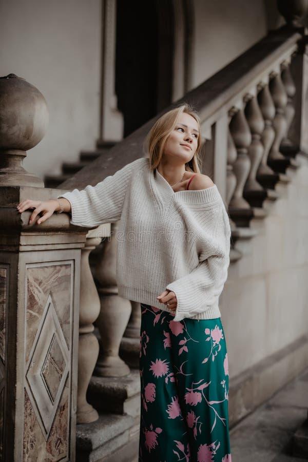 Femme blonde à la mode marchant dans la rue, sur des escaliers Été de ressort de mode photos stock