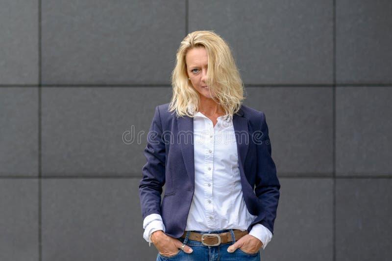 Femme blonde à la mode sérieuse attirante images libres de droits