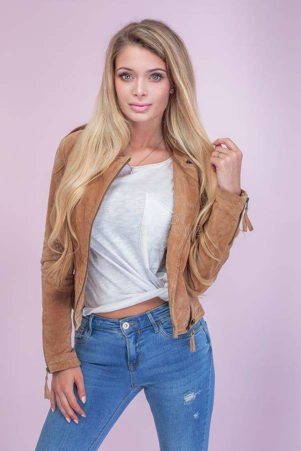 Femme blonde à la mode sur le fond rose image libre de droits