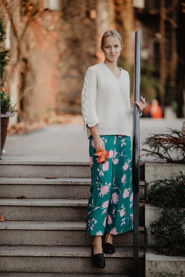 Femme blonde élégante à la rue près de la saison d'automne d'escaliers Portrait modèle urbain de mode photo stock