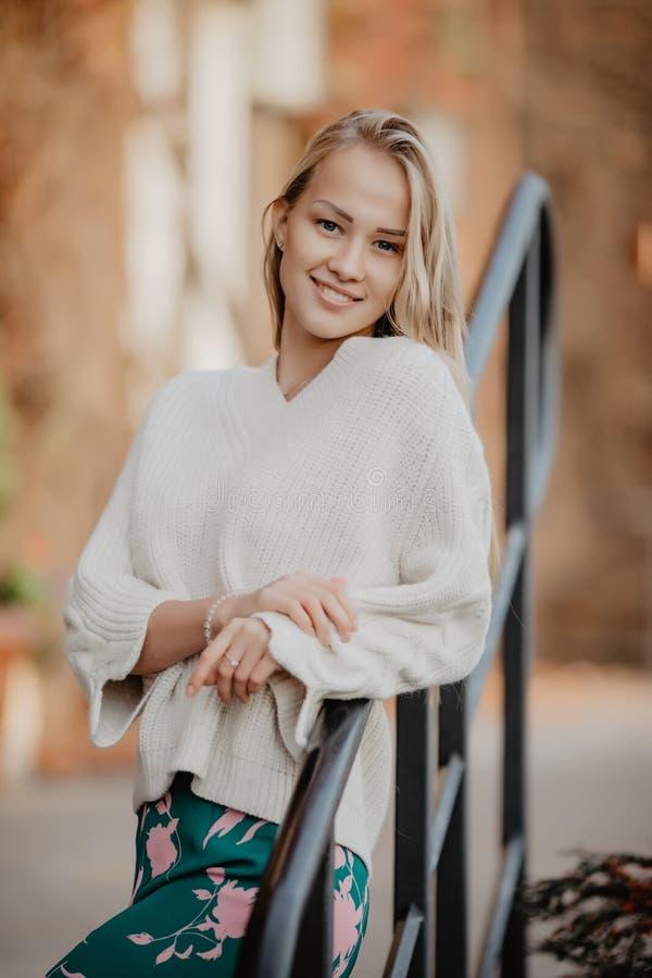 Femme blonde élégante à la rue près de la saison d'automne d'escaliers Portrait modèle urbain de mode image libre de droits