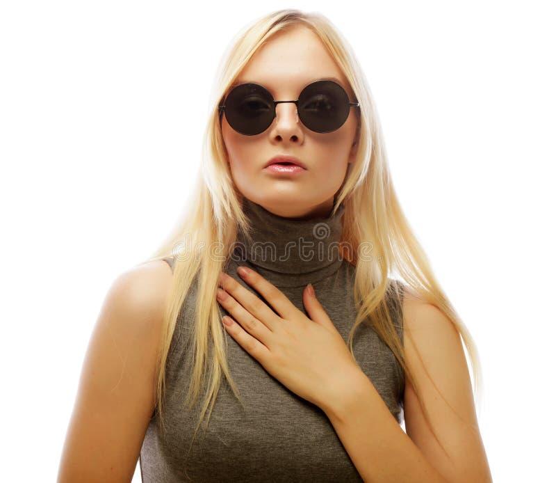 Download Femme Blonde élégante De Beauté Posant En Vêtements à La Mode Et Bi Image stock - Image du accessoires, charme: 77150261