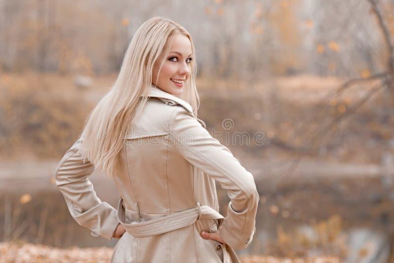 Femme blonde élégante en parc d'automne image stock