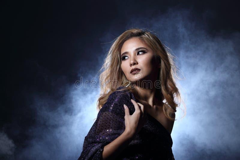 Femme blonde asiatique de cheveux de vague, épaules ouvertes de portrait avec le purpl photos libres de droits
