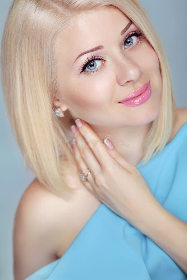 Femme blonde assez belle avec dénommer de cheveux courts Les yeux font images stock