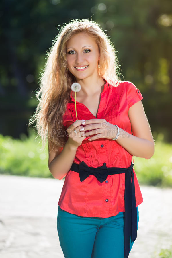 Femme blonde assez jeune image stock