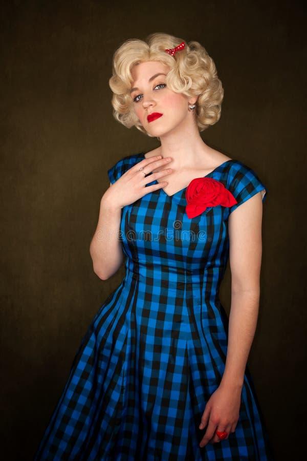 Femme blonde assez rétro photo libre de droits