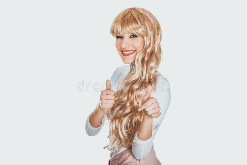 Femme blonde attirante avec des pouces  photographie stock libre de droits