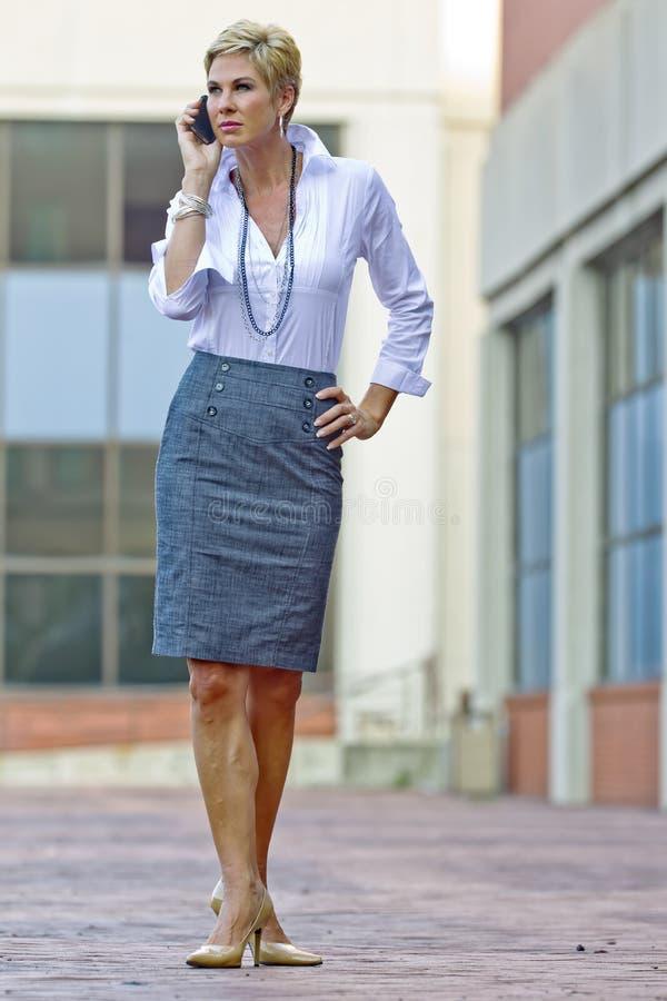 Femme blonde attirante d'affaires photos stock
