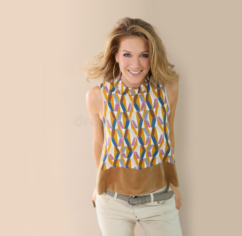 Femme blonde attirante dans l'habillement à la mode image stock
