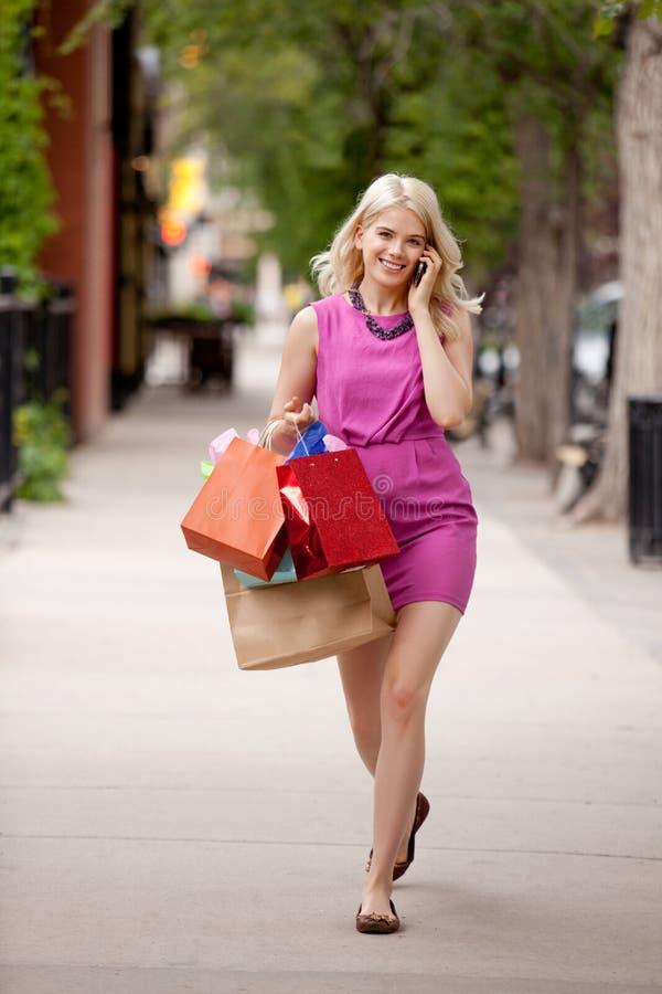 Femme blonde attirante descendant la rue images libres de droits