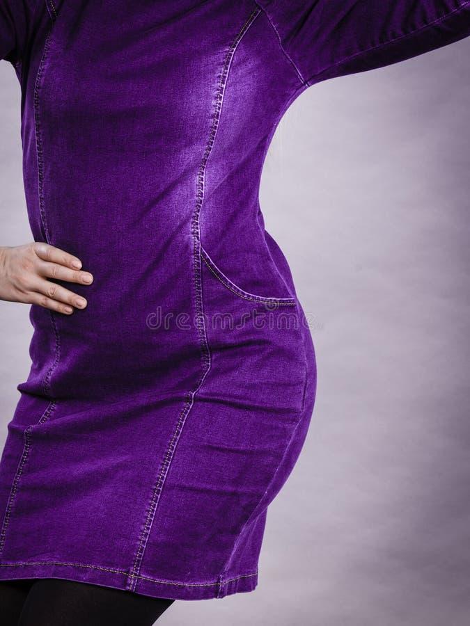 Femme blonde attirante portant la robe serrée de jeans photos stock