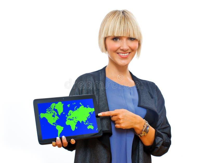 Femme blonde attirante tenant le comprimé avec la carte du monde photos libres de droits