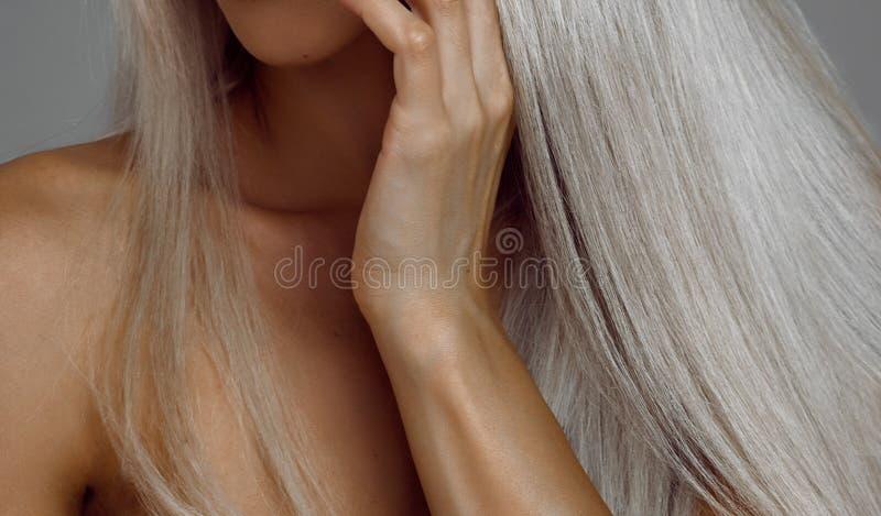 Femme blonde avec de beaux cheveux et soins de la peau photos stock