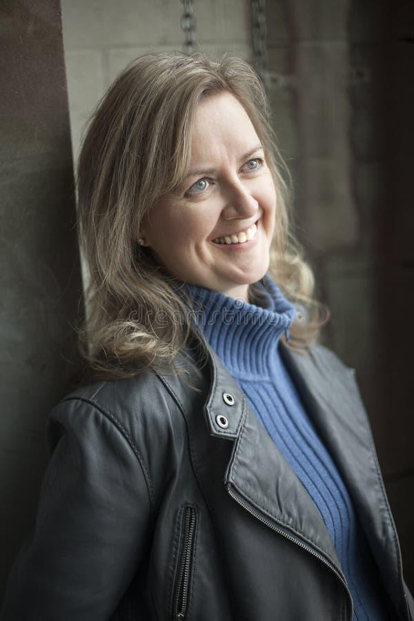 Femme blonde avec de beaux yeux bleus dans un Warehou photo stock
