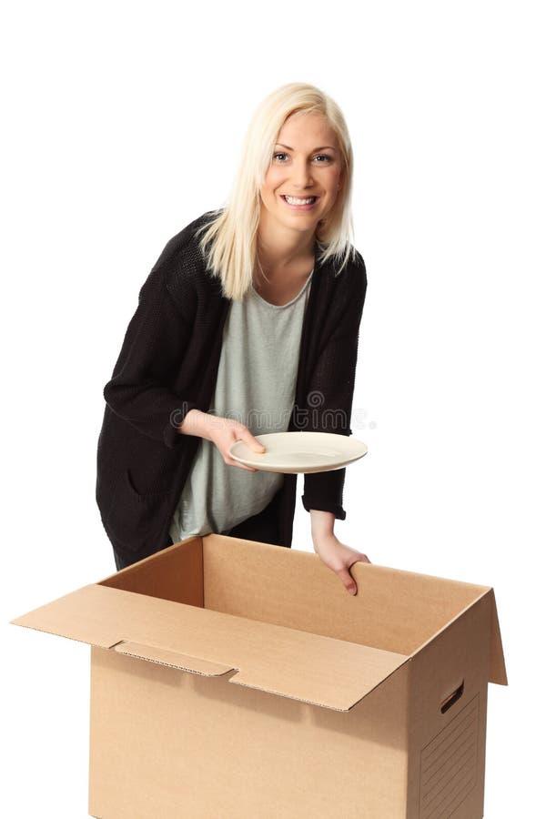 Femme blonde avec la boîte en carton image libre de droits