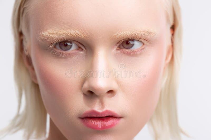 Femme blonde avec la coupe de plomb ayant le maquillage naturel gentil image stock