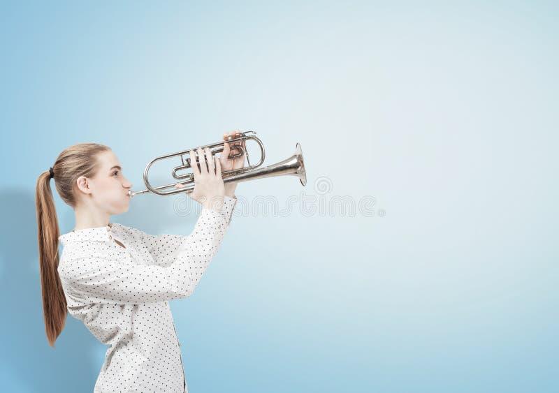 Femme blonde avec la trompette photo stock