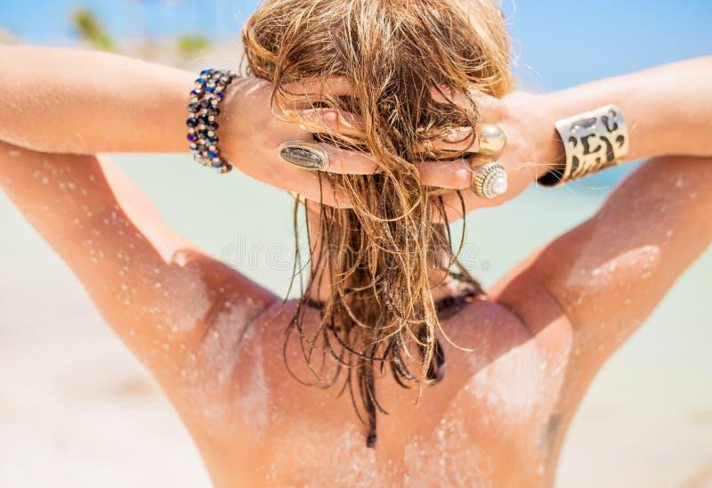 Femme blonde avec les cheveux arénacés par la plage photos stock