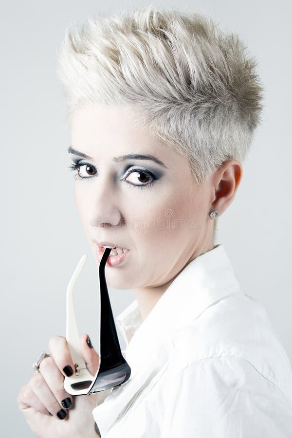 Femme blonde avec les cheveux courts blancs d 39 isolement for Coupe avec cheveux blancs